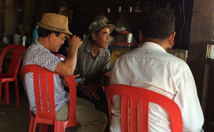 Foto: Eli Zubiria. camboyanos tomando café, en el mercado local