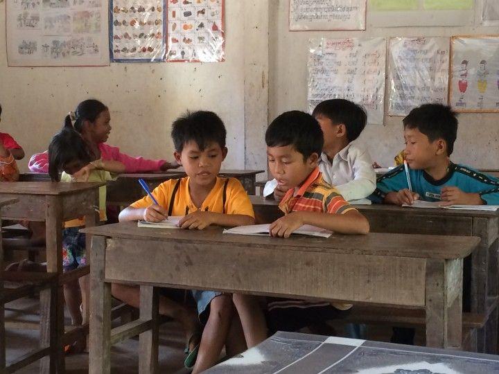 Foto: Eli Zubiria. Niños camboyanos en la escuela pública, en Kampot, dentro del proyecto de voluntariado de SOLS