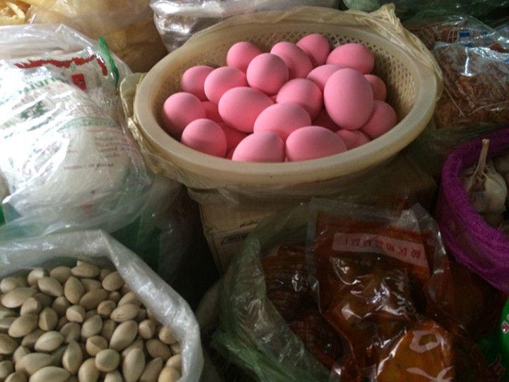 Foto Eli Zubiria. Huevos rosas en el mercado de Kandal en Phnom Pehn, Camboya