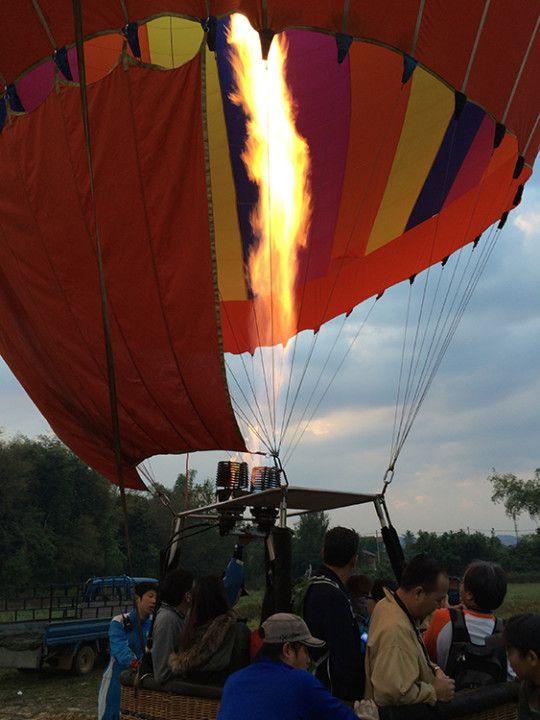 Foto: Eli Zubiria. Imagen del globo despegando, en Vang Vieng, Laos.