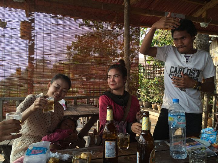 Foto :Eli Zubiria.Karaoke con locales en Pakse, Laos