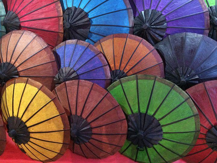 Foto: Eli Zubiria. Paraguas en el mercado nocturno de Luang Prabang, Laos