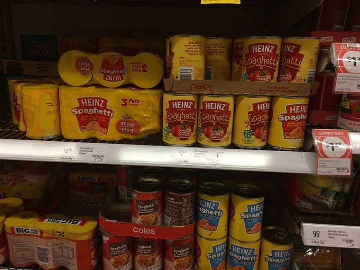 Latas de espagueti en el supermercado