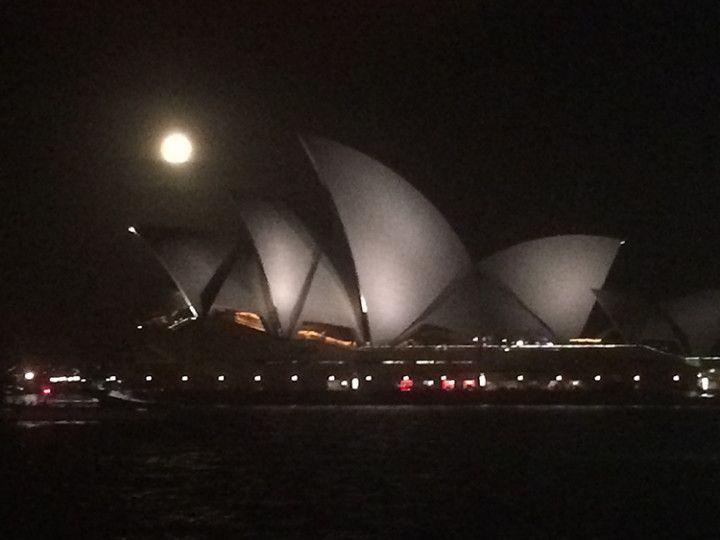 Foto: Eli Zubiria.Luna llena en el Sydney Opera House, Australia