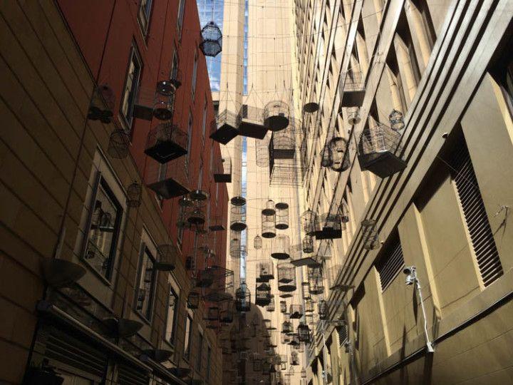 Exposición permanente de jaulas en el centro de Sydney, en Australia