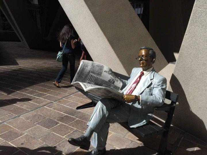 Esta estatua de un hombre de negocios leyendo el periódico pertenece al artista John Seward Johnson II.