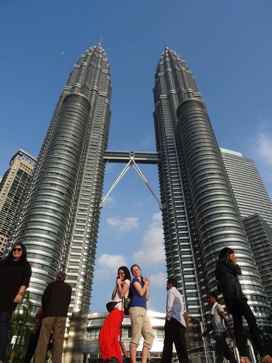 Con Julia en las Torres Petronas, en Kula Lumpur, Malasia.