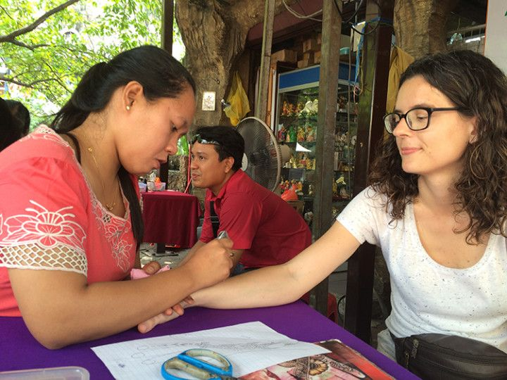 Haciéndome un tatuaje de henna en Batu Caves.
