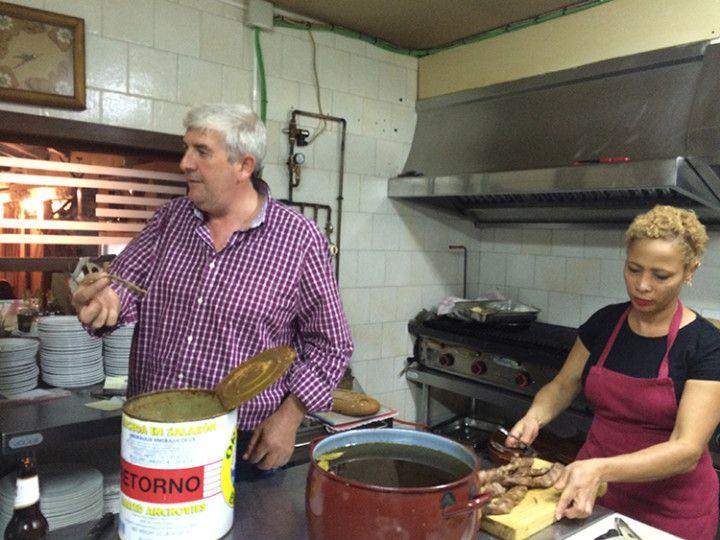 Foto: Eli Zubiria. José Luis y Scarlet en la cocina de la posada de Alcudia.